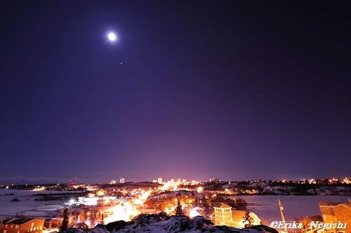 天に月星、地には光の洪水