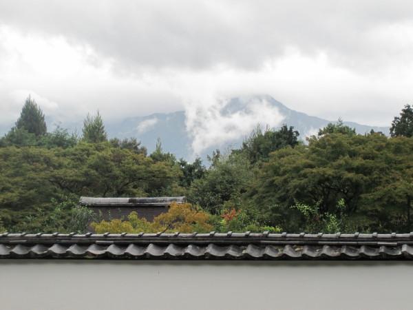 雲海にかすむ比叡