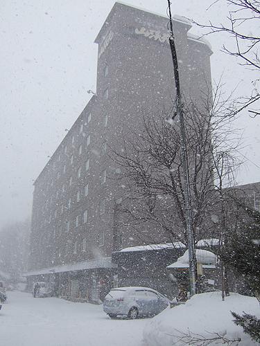 定山渓温泉 山渓園 外観 朝 吹雪