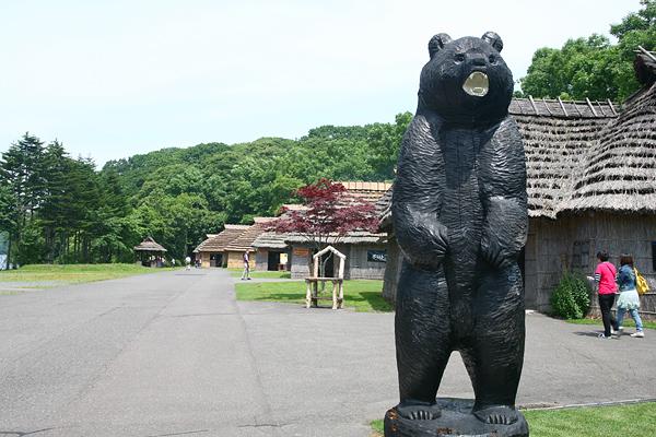 ポロトコタン アイヌ民族博物館 熊の像 チセ