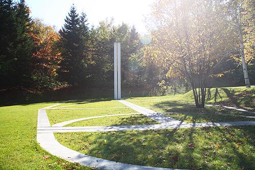 隠された庭への道 ダニ・カラヴァン 日時計の広場