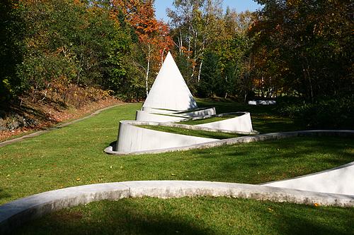 隠された庭への道 ダニ・カラヴァン 円錐 水路