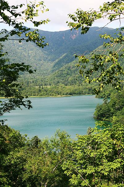 オコタンぺ湖 湖面 エメラルドグリーン