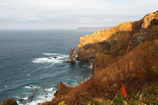 神威岬 念仏トンネルの掘られている断崖 水無しの立岩