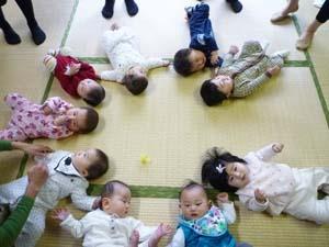 赤ちゃんたちの可愛い輪