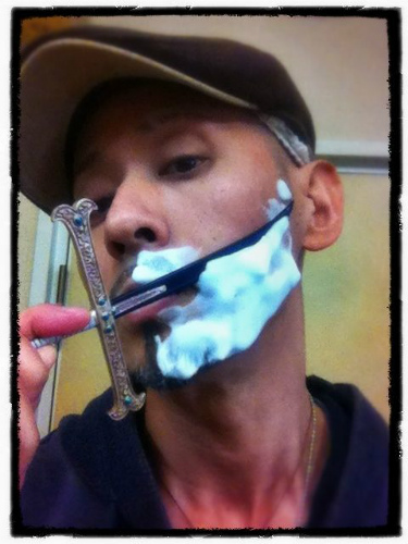 黒刀で髭剃り