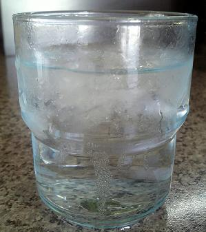 水分と塩分の補給に努めます(コップ一杯に塩一つまみ程度入れ混ぜます!)