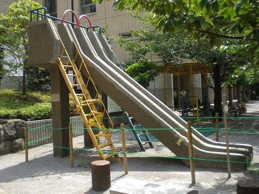 10.7..20京橋公園コンクリートの滑り台