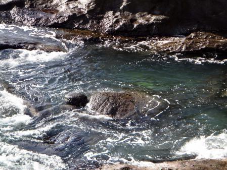 岩屋の途中で見られる亀岩