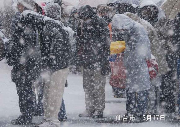 雪の中の行列