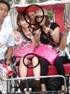 中川翔子と母親の背後から覗く謎の男と股の指