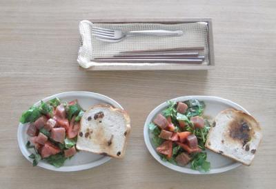 さわやかランチ!マグロとトマトのサラダとパン。2010.2.21