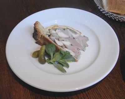 BISTRO KHAMSA 鴨、鶏胸肉、フォアグラのパイ包み。