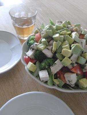 お皿から、こぼれちゃいそうなサラダ