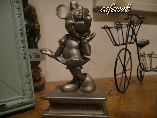 TDL OLD MINNIE STATUE 1