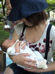 Kayoちゃんに抱っこされるOhki
