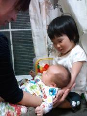 Ohkiを抱っこするNonoちゃん
