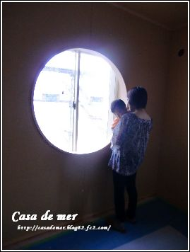 和室に 丸窓