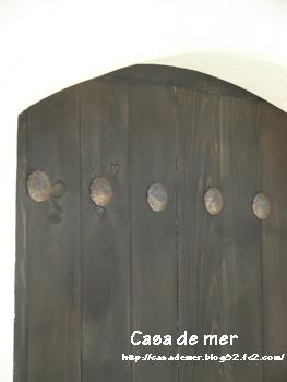 玄関扉と同じ 鋲がついてます