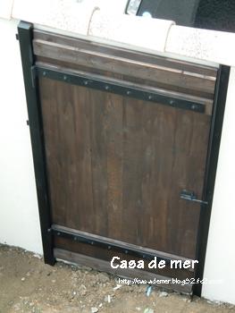 駐車場裏の扉