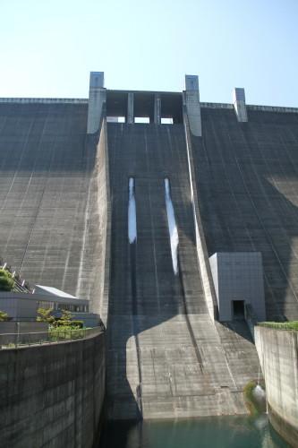 ダムの観光放流日