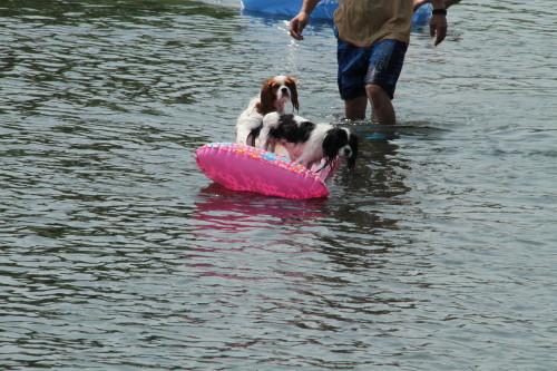 ボートに乗ってるチャコ&エリー