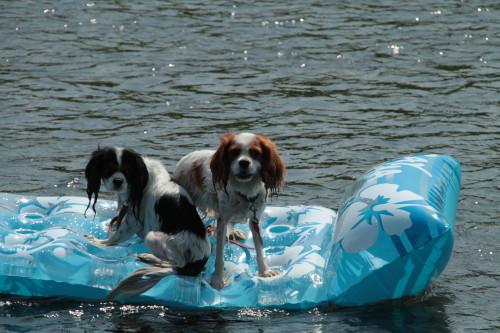 ボートに乗るチャコ&エリー