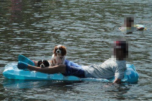 ボートに乗るチャコパパとチャコ&エリー