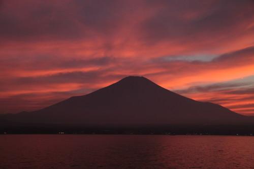 山中湖から見た富士山と夕日