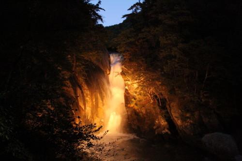 ライトアップした仙娥滝