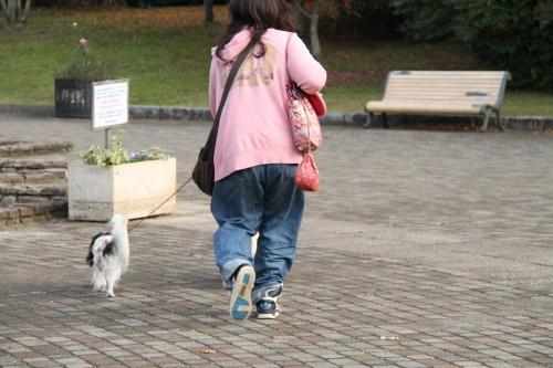 園内を歩く私とチャコ&エリー