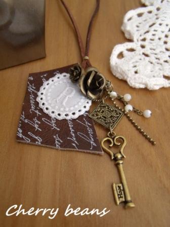 マザーオブパールとメタルチャームのネックレス