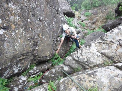 第一クラック登攀中の樋口