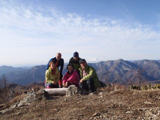 07三ツドッケの山頂(中央に富士山)