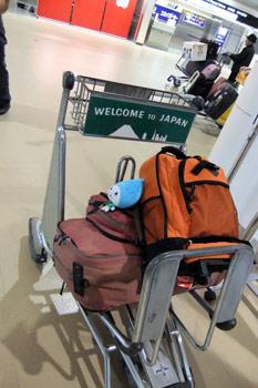 荷物をカートに載せて