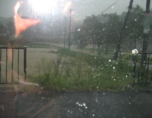 台風15号2011.9.20 森から流れ出る滝のような豪水