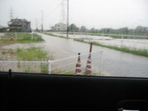 台風15号2011.9.20 某家 前の道