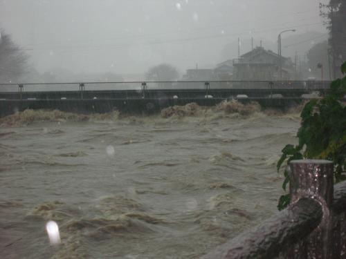台風15号2011.9.20  某橋 氾濫寸前の写真