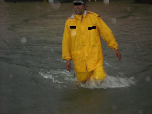 台風15号2011.9.20 某アパートを守る消防隊員