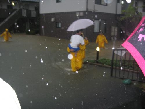 台風15号2011.9.20 アパートから救出する消防隊員