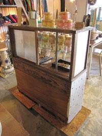古いたばこ屋のタイル柄 ガラスケース