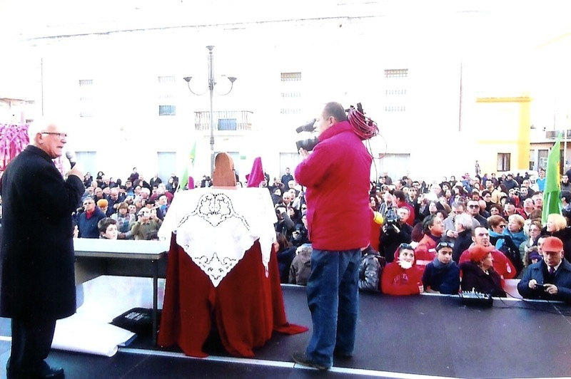 被曝マリア像について説明するアンジェロピタウ神父