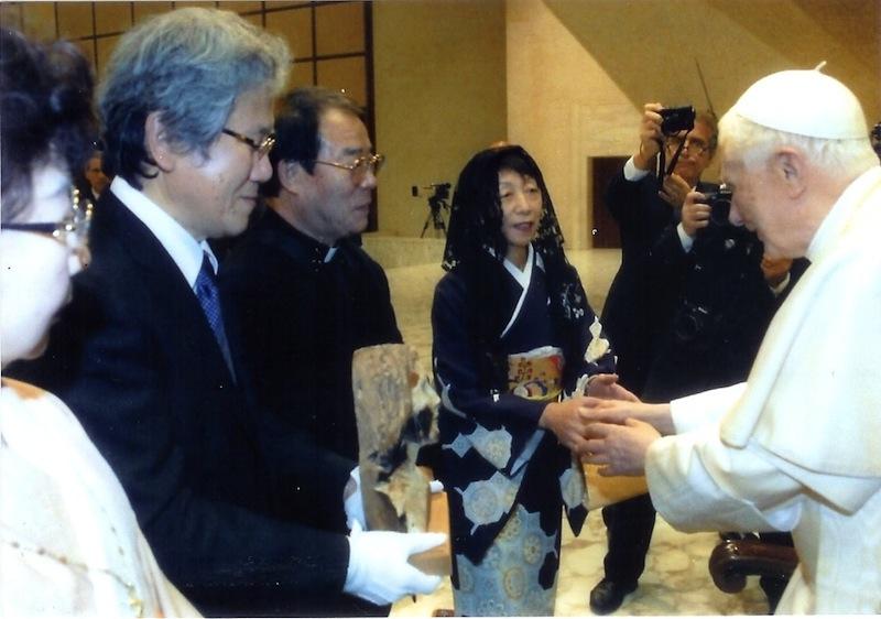 教皇と握手する枝川氏