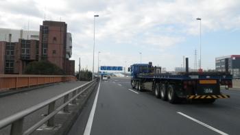 003こんな感じで大型トラックがビュンビュン