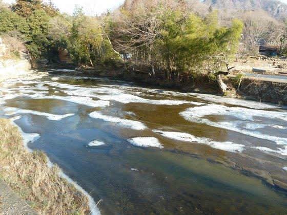 凍りつく川
