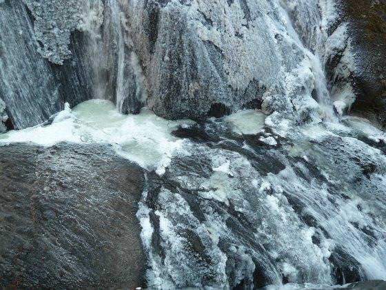 凍りつく袋田の滝・下側