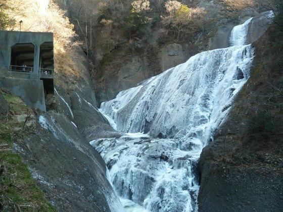吊り橋から袋田の滝を眺める