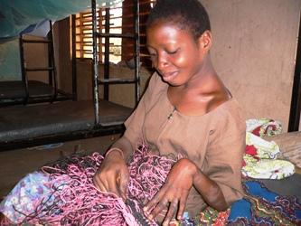 マクラメ編みの得意な女性
