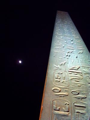 ルクソール神殿と月