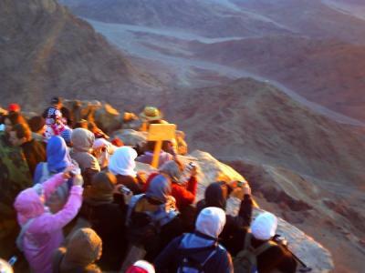 日の出を迎えた観光客